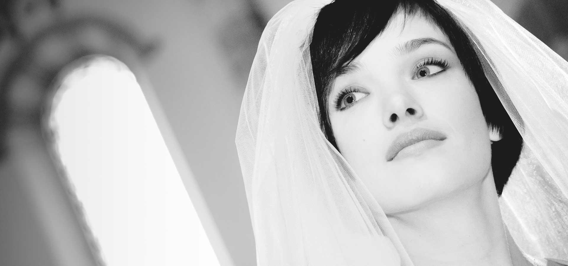 giovane ragazza al proprio matrimonio con velo in chiesa