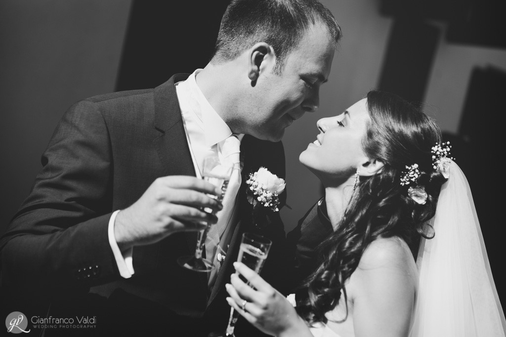 il matrimonio si festeggia con un romantico bacio