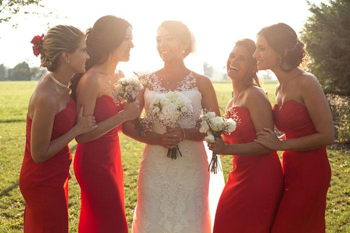 damigelle-vestite-di-rosso-ridono-con-sebastiana