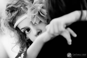 una bambina che si fa fotografare