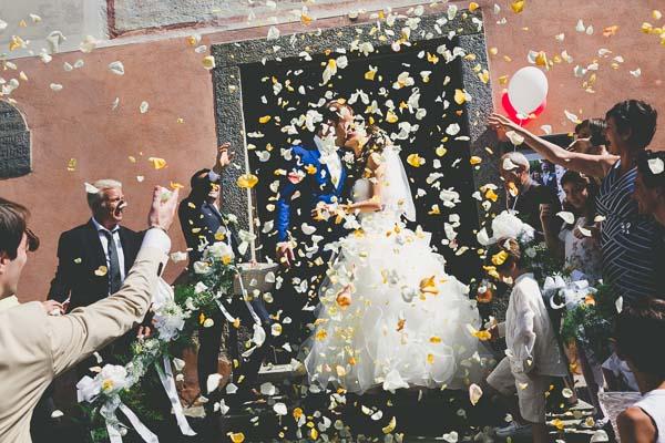 coppia-di-sposi-esce-dalla-chiesa