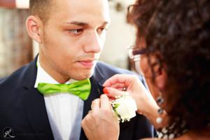 la mamma aggiusta il fiore all'occhiello del figlio