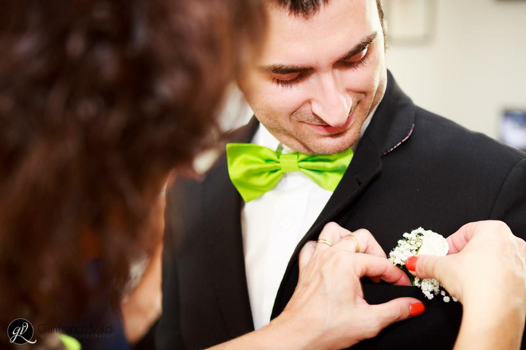 la mamma aggiusta la spilla del testimone di nozze