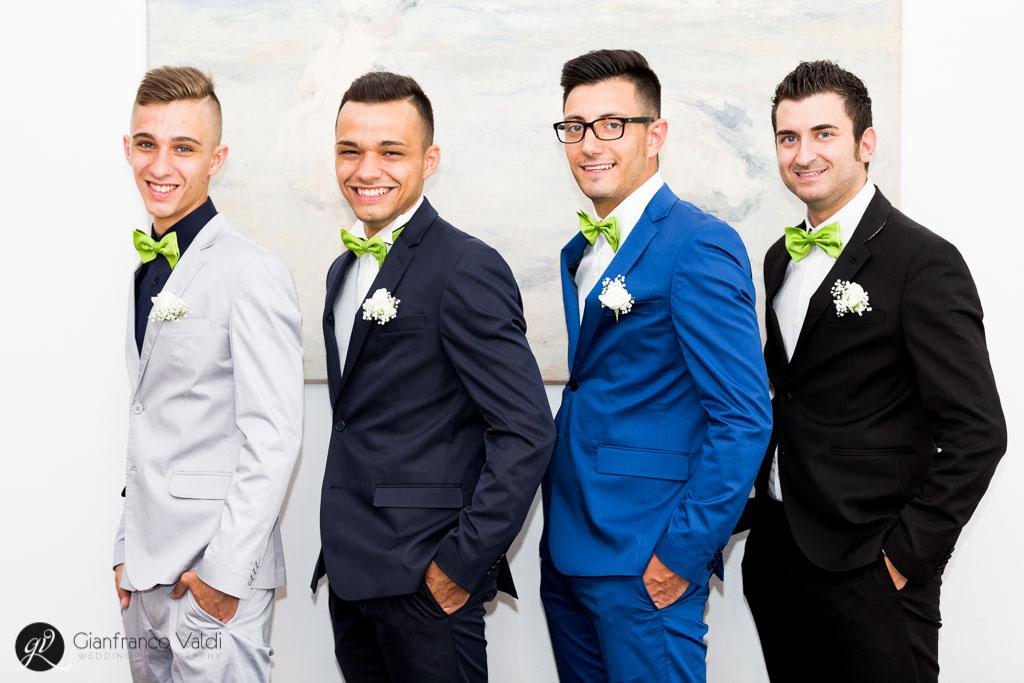 sposo e testimoni posano per la foto di gruppo