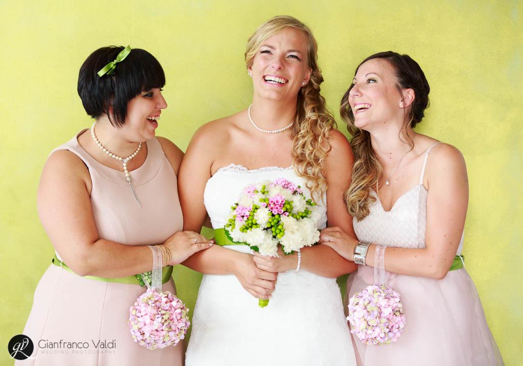 una gioiosa foto della sposa che ride con le testimoni