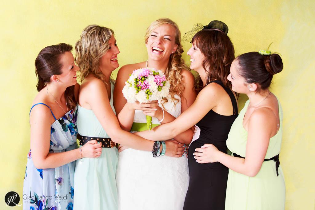 le amiche intorno alla sposa