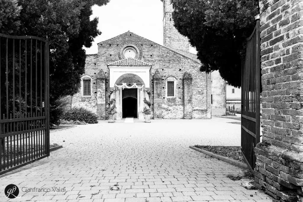 foto in bianco e nero della chiesa in cui si celebra il matrimonio
