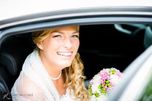 l'auto della sposa arriva in chiesa