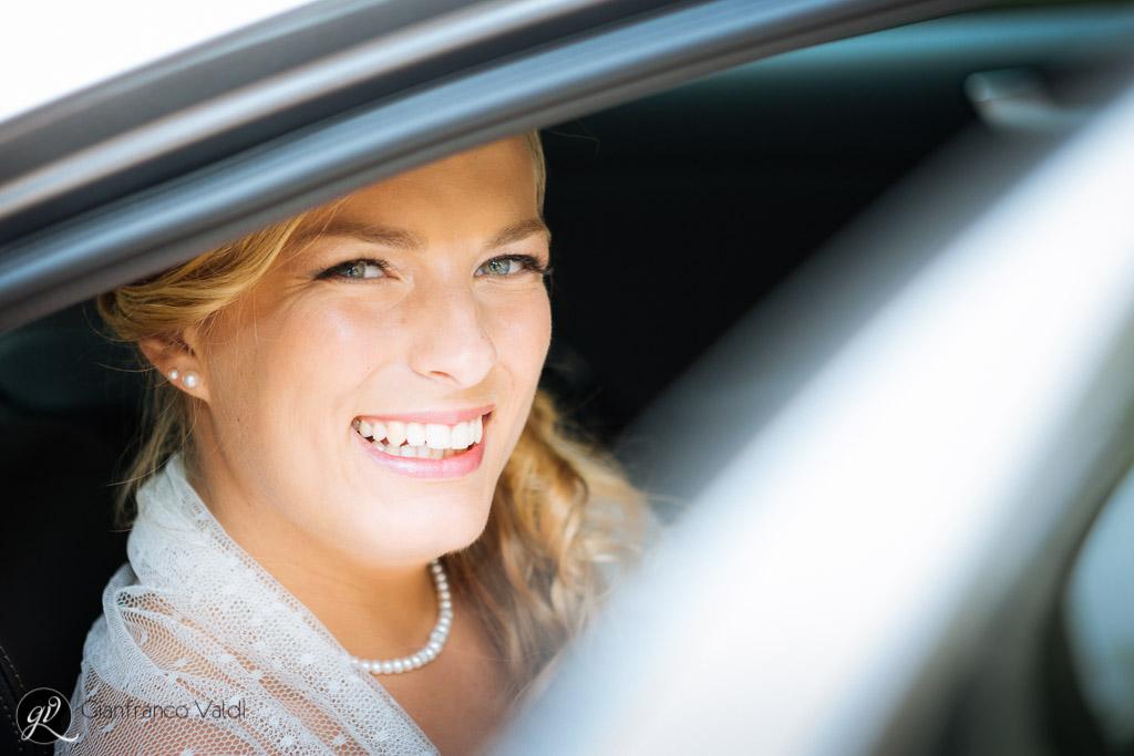 il bel sorriso della sposa che sta per entrare in chiesa