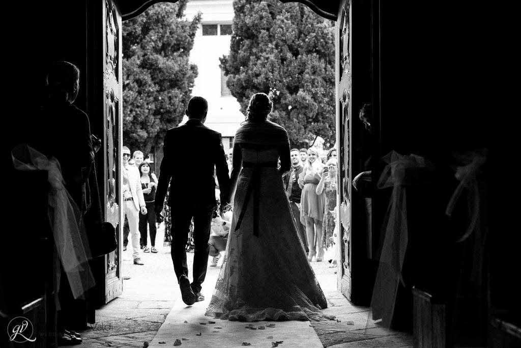 terminato il matrimonio la coppia esce dalla chiesa
