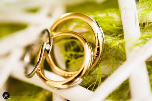 foto delle due fedi del matrimonio e dell'anello di fidanzamento