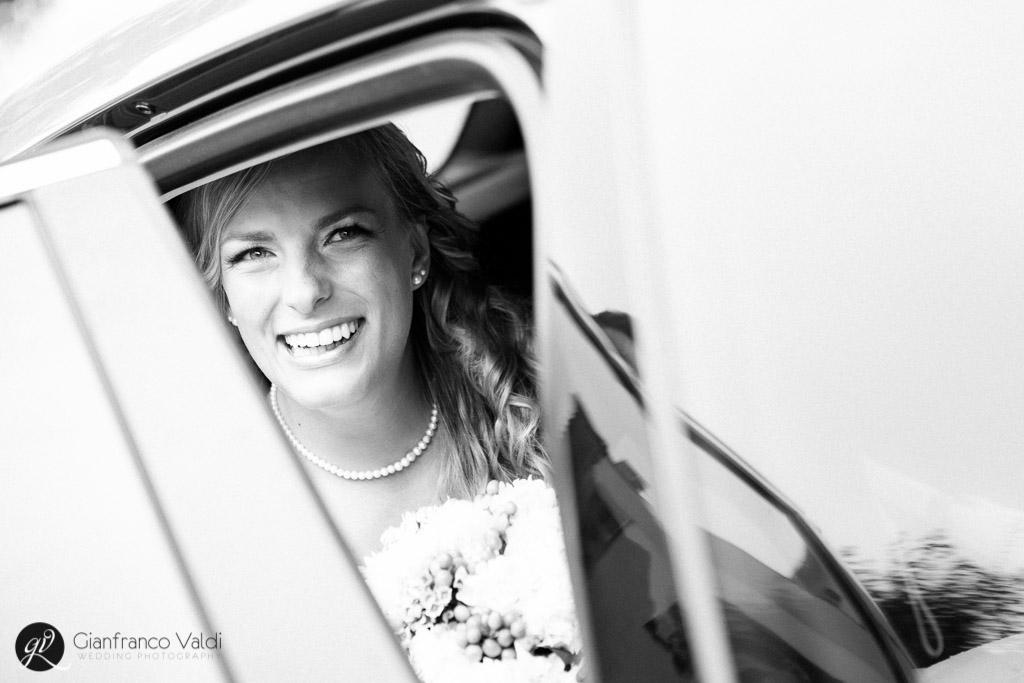 sposa che sorride prima dell'inizio delle nozze