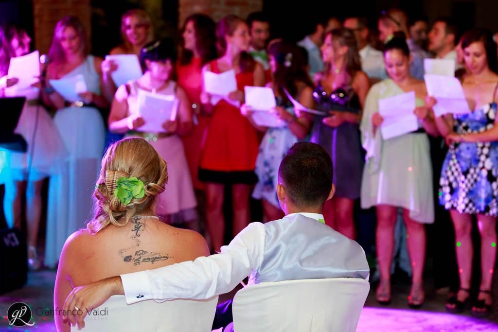 gli amici cantano per gli sposi