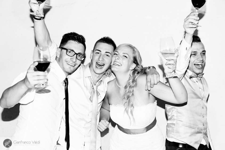 bella coppia festeggia il proprio matrimonio con gli amici