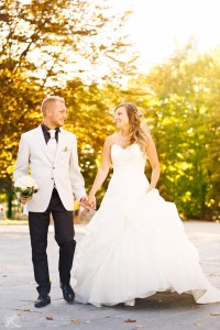coppia che passeggia dopo il matrimonio