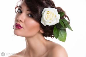 una rosa bianca fra i capelli di una giovane sposa