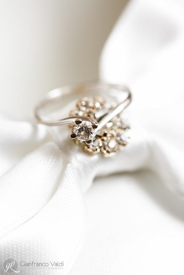 un bell'anello con un fiocco bianco