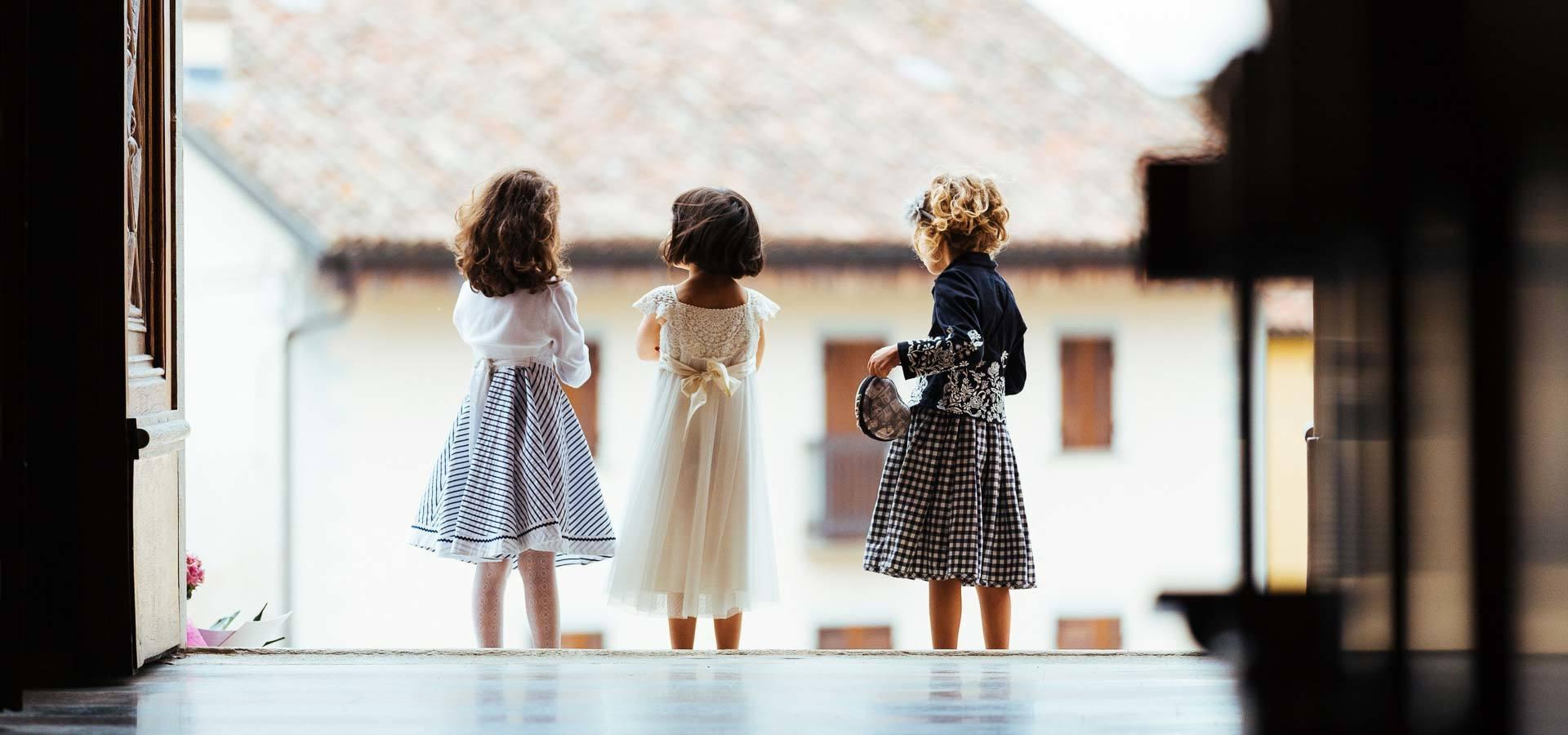 alcune bambine attendono l'arrivo della sposa per la cerimonia a torino