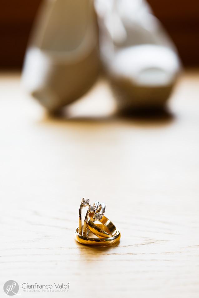 foto artistica delle scarpe e delle fedi