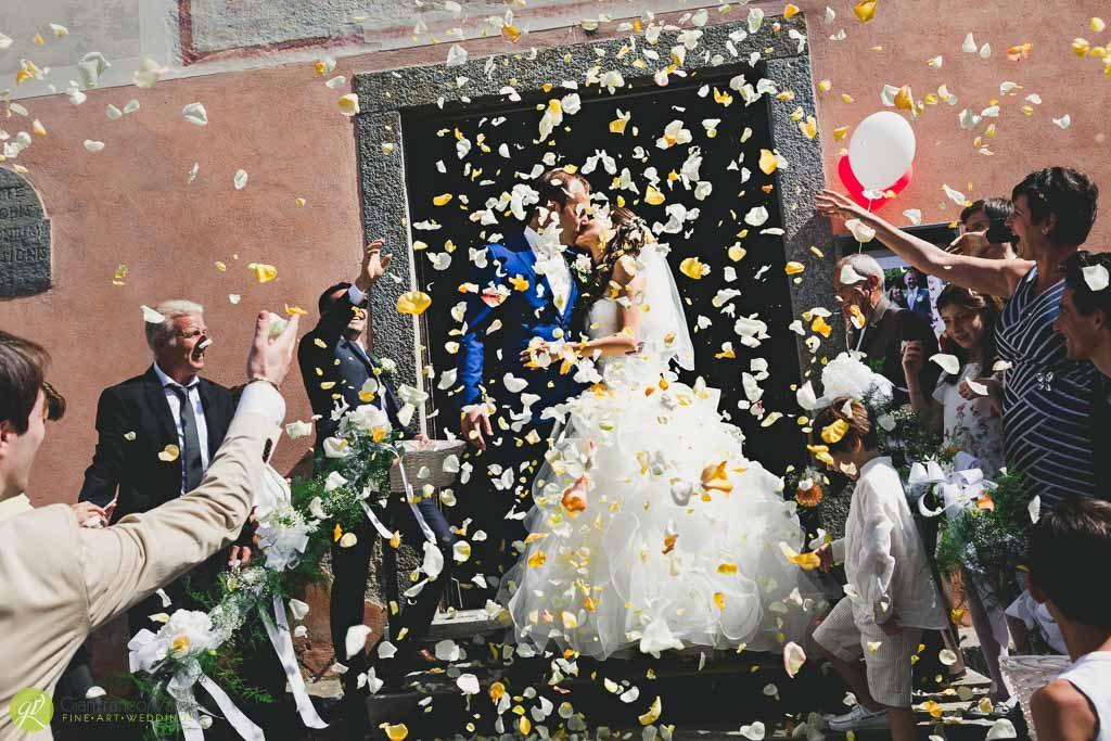 gli-amici-coprono-di-petali-gli-sposi