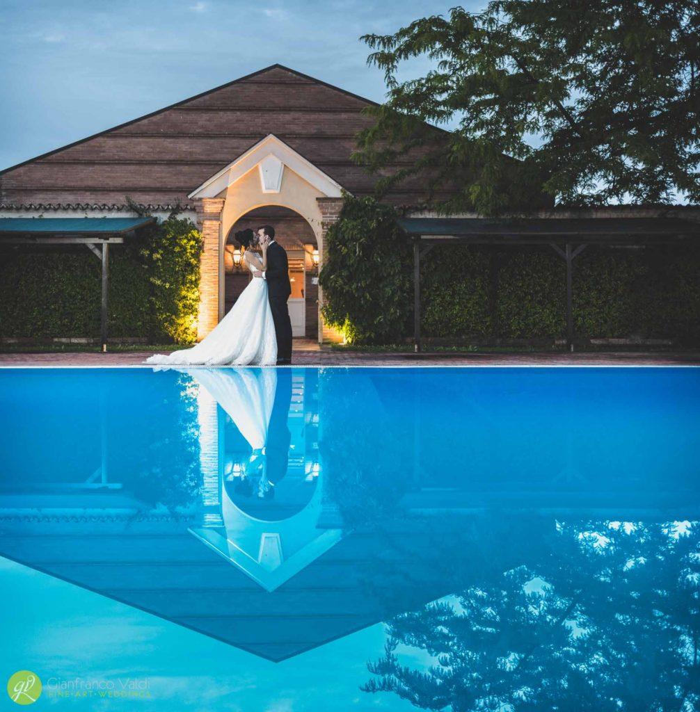 piscina-riflessi-abbraccio