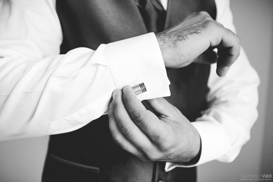 lo sposo si prepara a casa insieme a parenti e amici a Torino