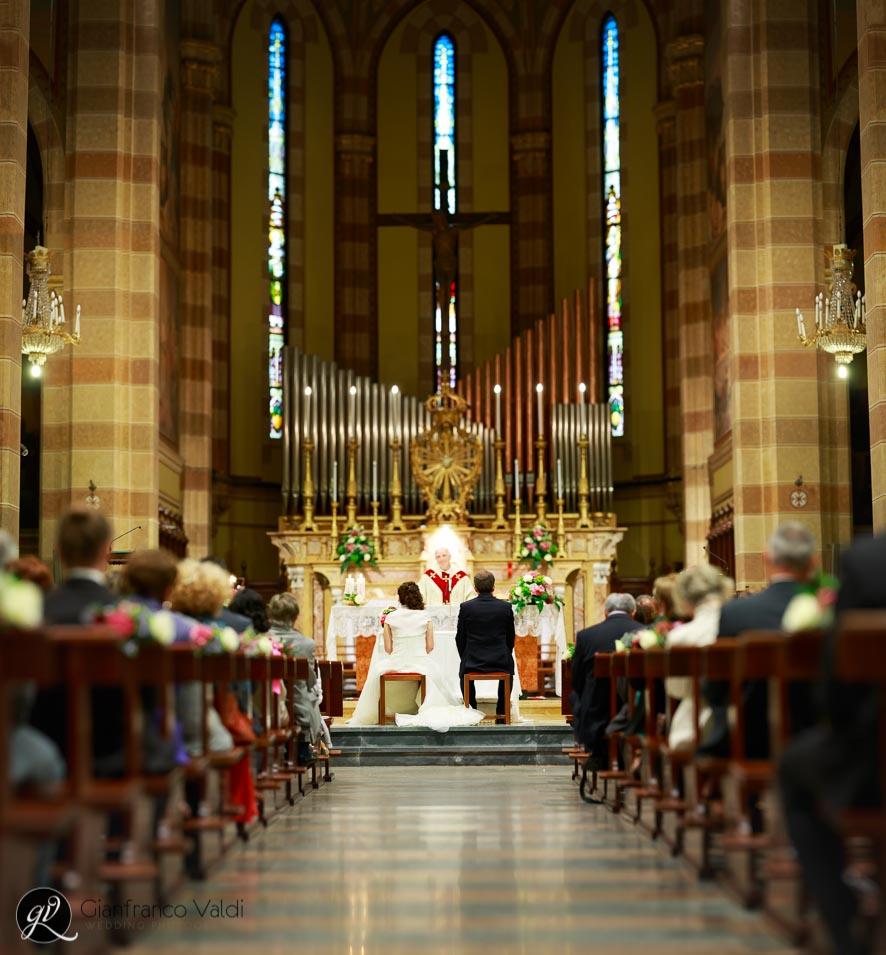 fotografia di due sposi durante la messa