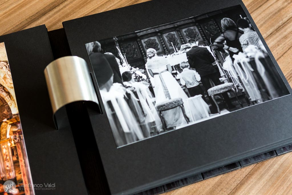 pagina con foto della nuova famiglia durante la cerimonia di nozze