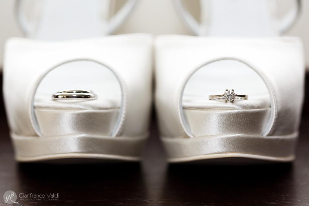 simpatica immagine delle scarpe per il matrimonio abbellite con le fedi