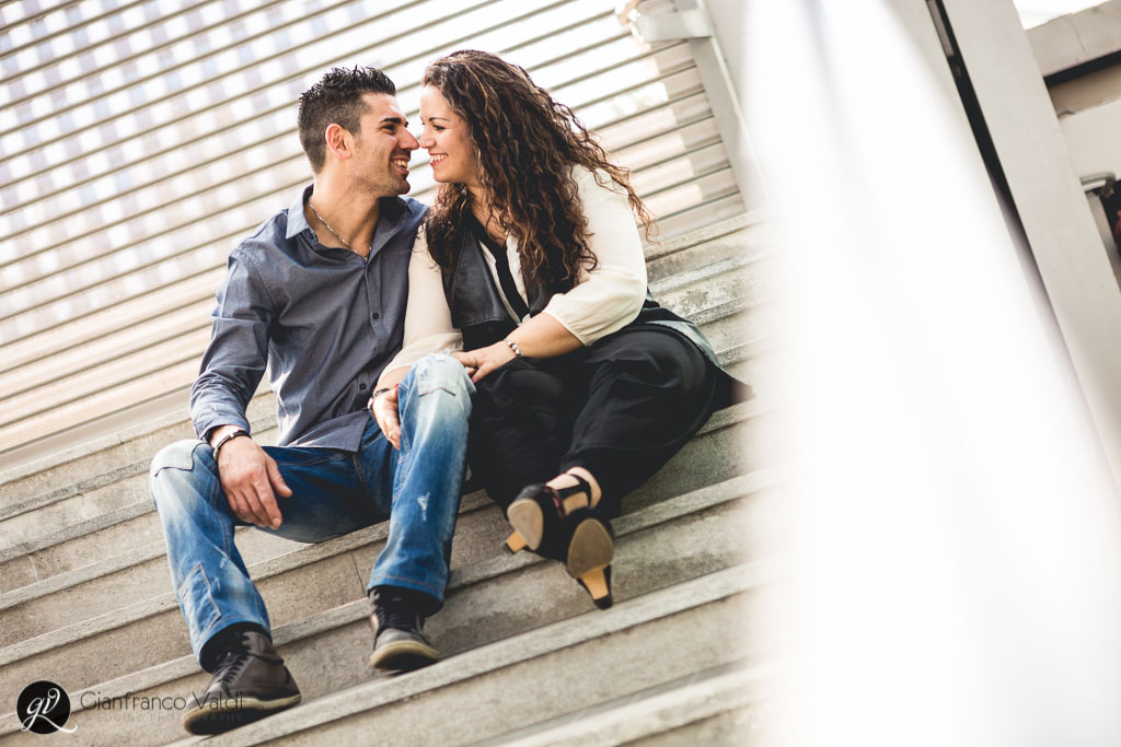 innamorati giocano sulle scale