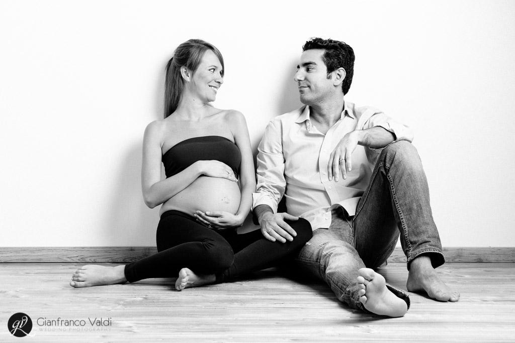 marito e moglie posano per servizio maternità