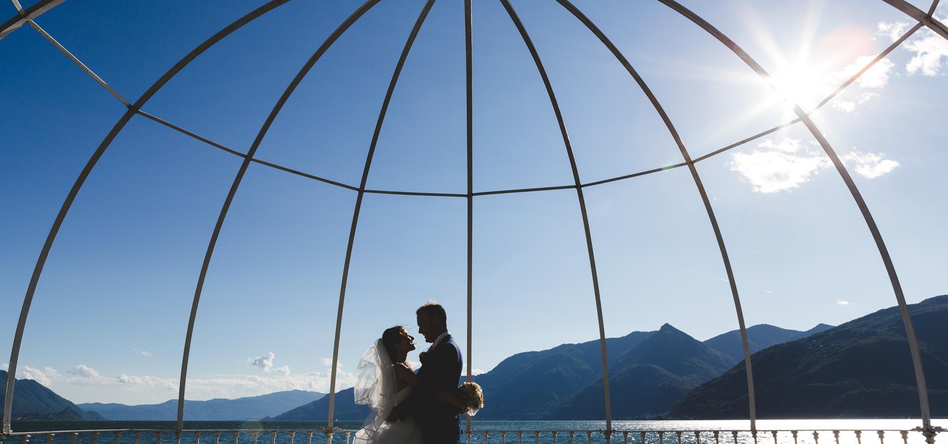 una coppia di novelli sposi si abbraccia sul Lago Maggiore