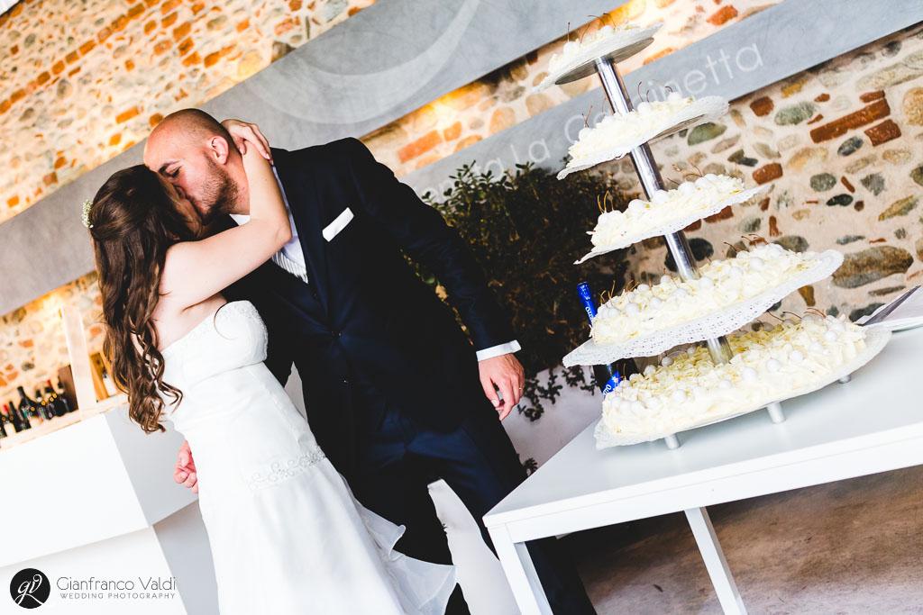 Un bel bacio prima del taglio torta
