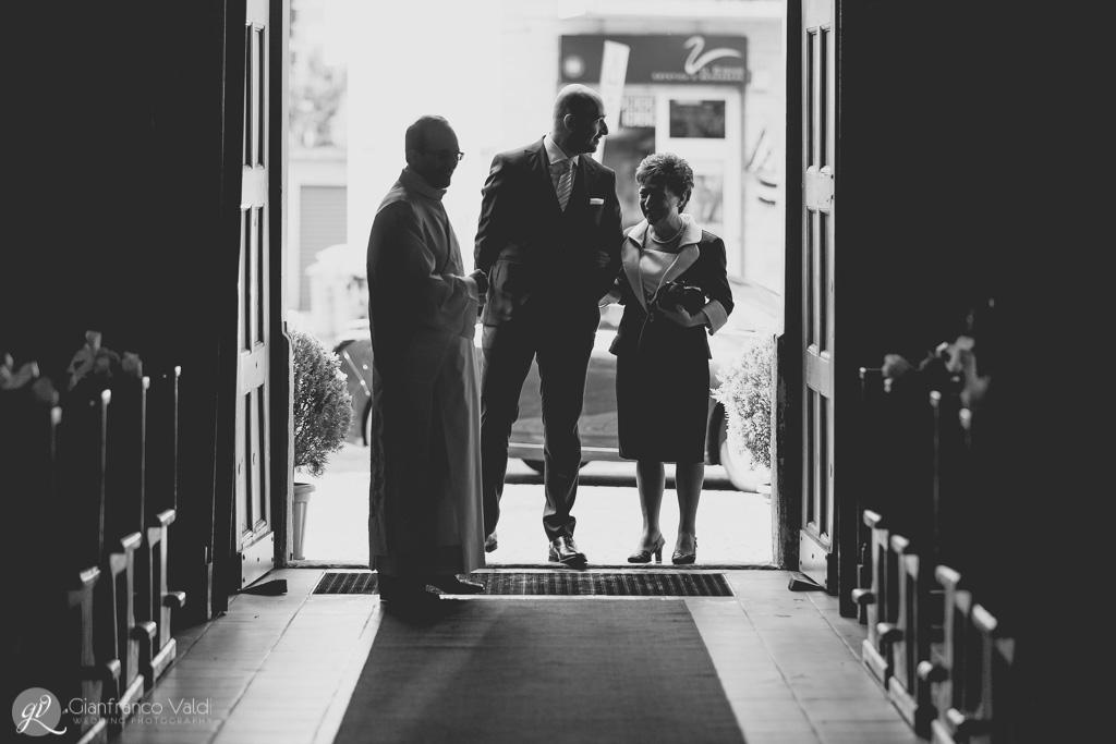 Mamma e figlio sulla soglia della chiesa