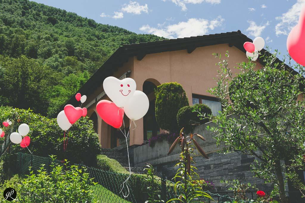 La casa è decorata con palloncini colorati
