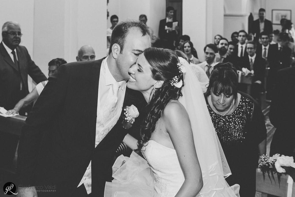 Lo sposo saluta la sposa baciandola sulla guancia