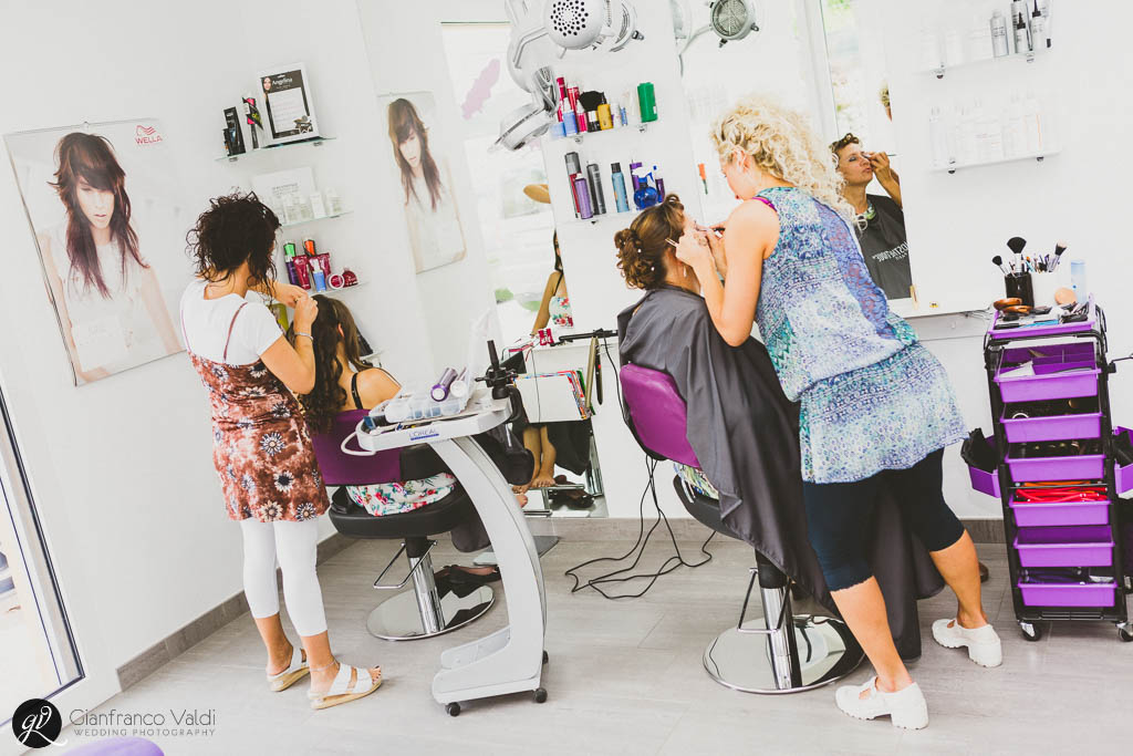 La sposa si prepara del parrucchiere