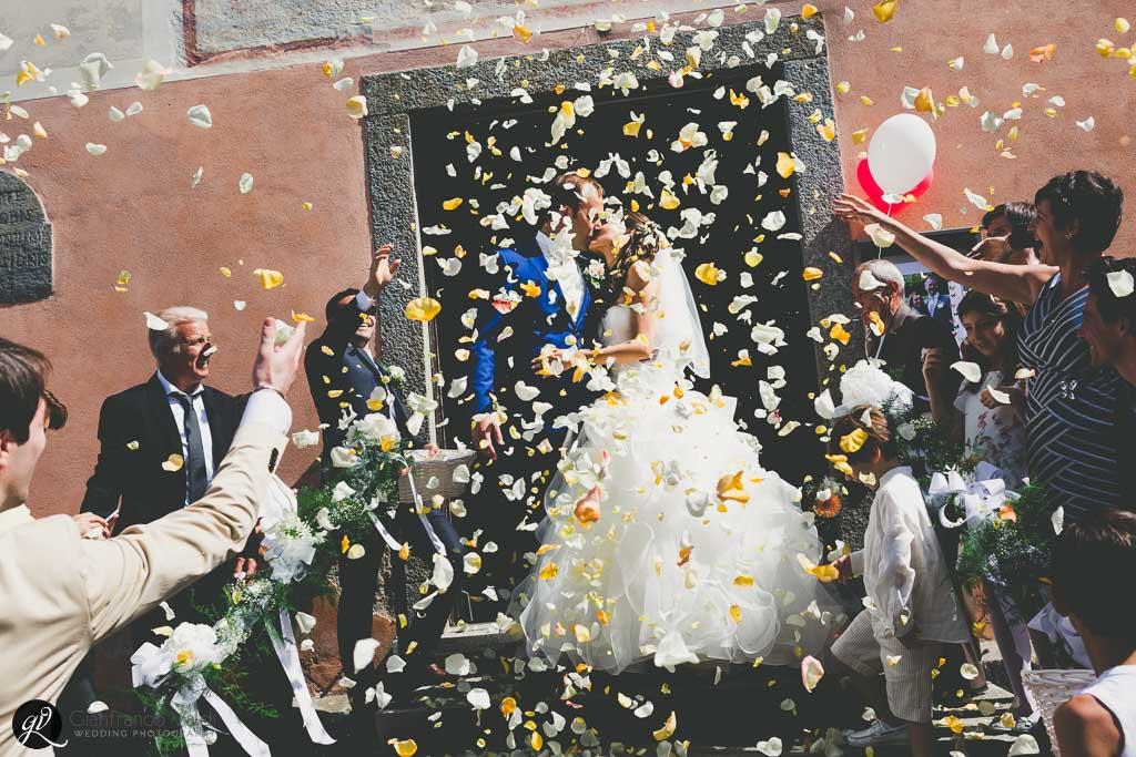 La sposa entra accompagnata dal padre e incontra il futuro marito