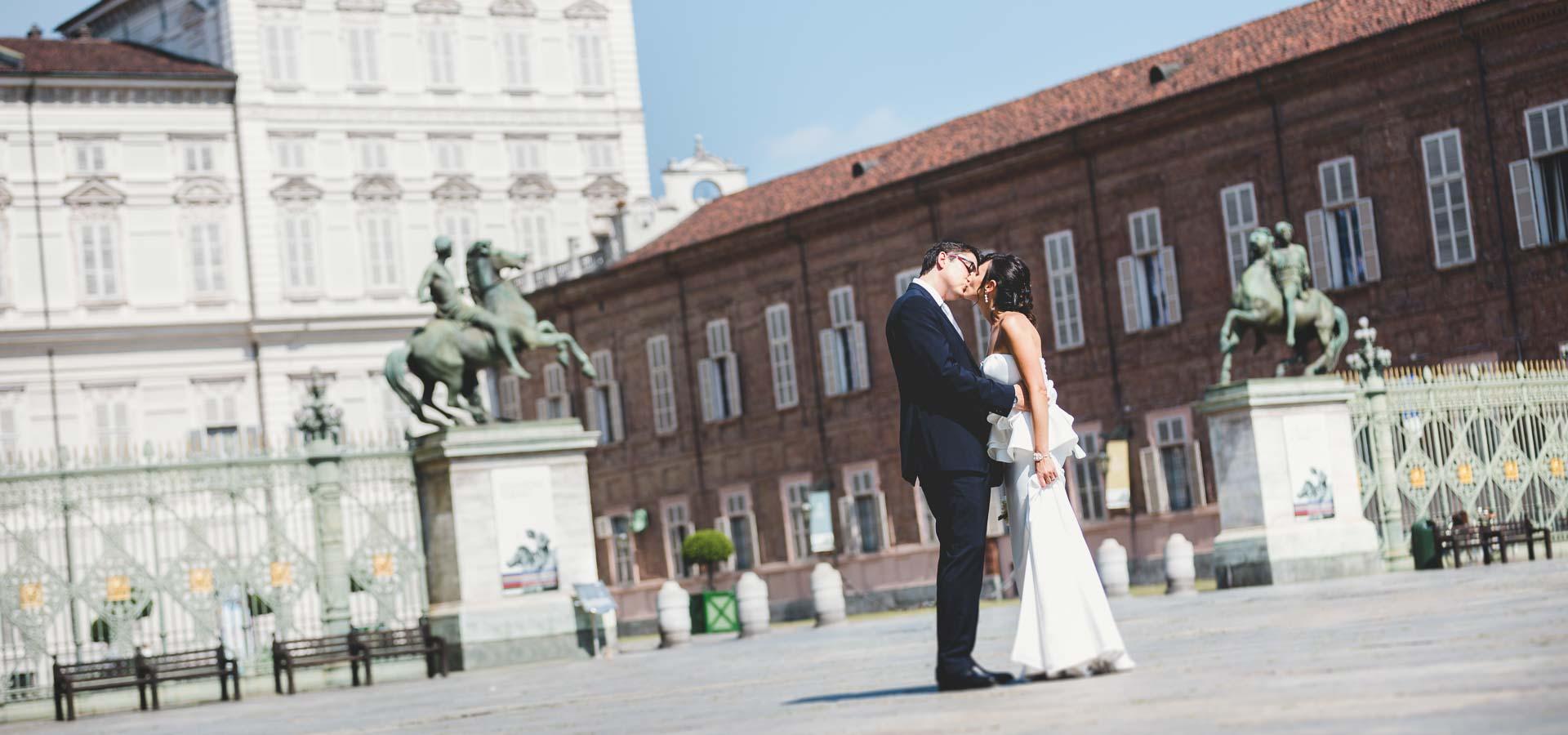 un bacio in una stupenda cornice architettonica