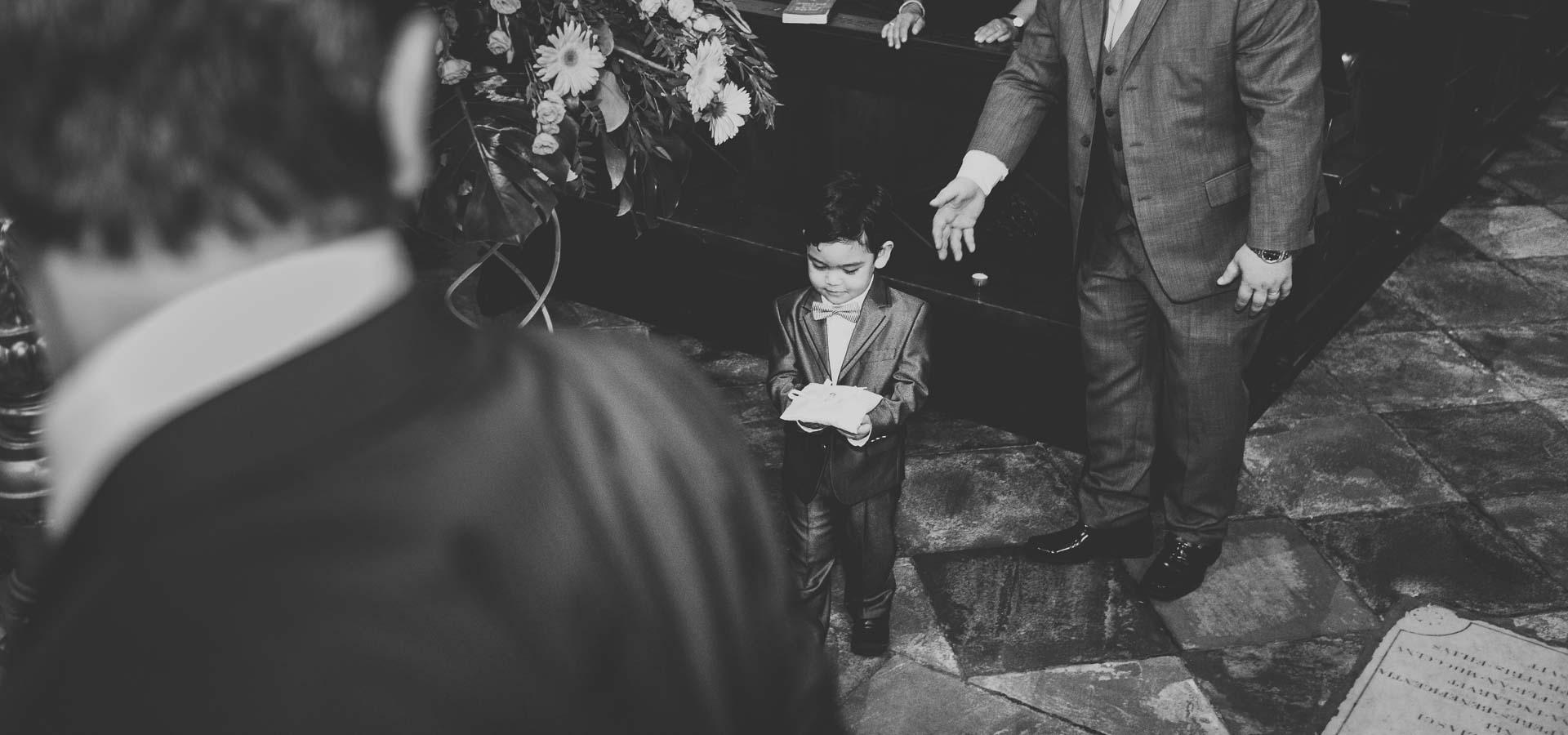 il nipote dello sposo porta il cuscino degli anelli