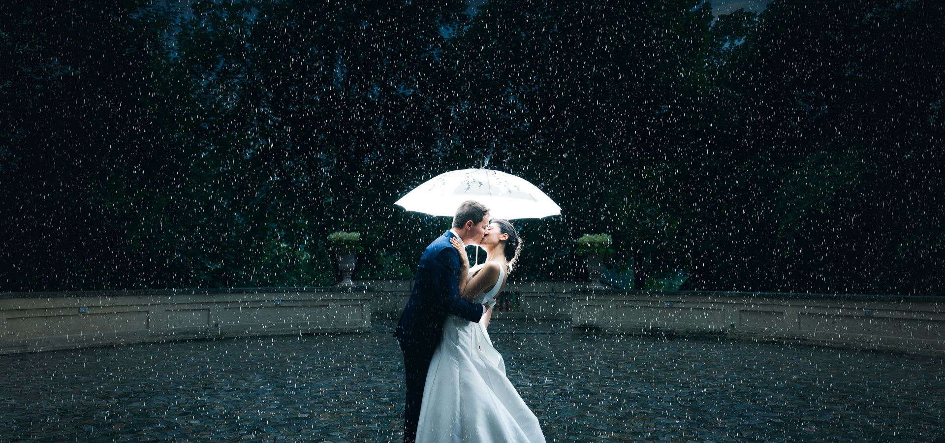 Fotografia suggestiva e cinematografica scattata sotto la pioggia al matrimonio di Gianluca e Lucia