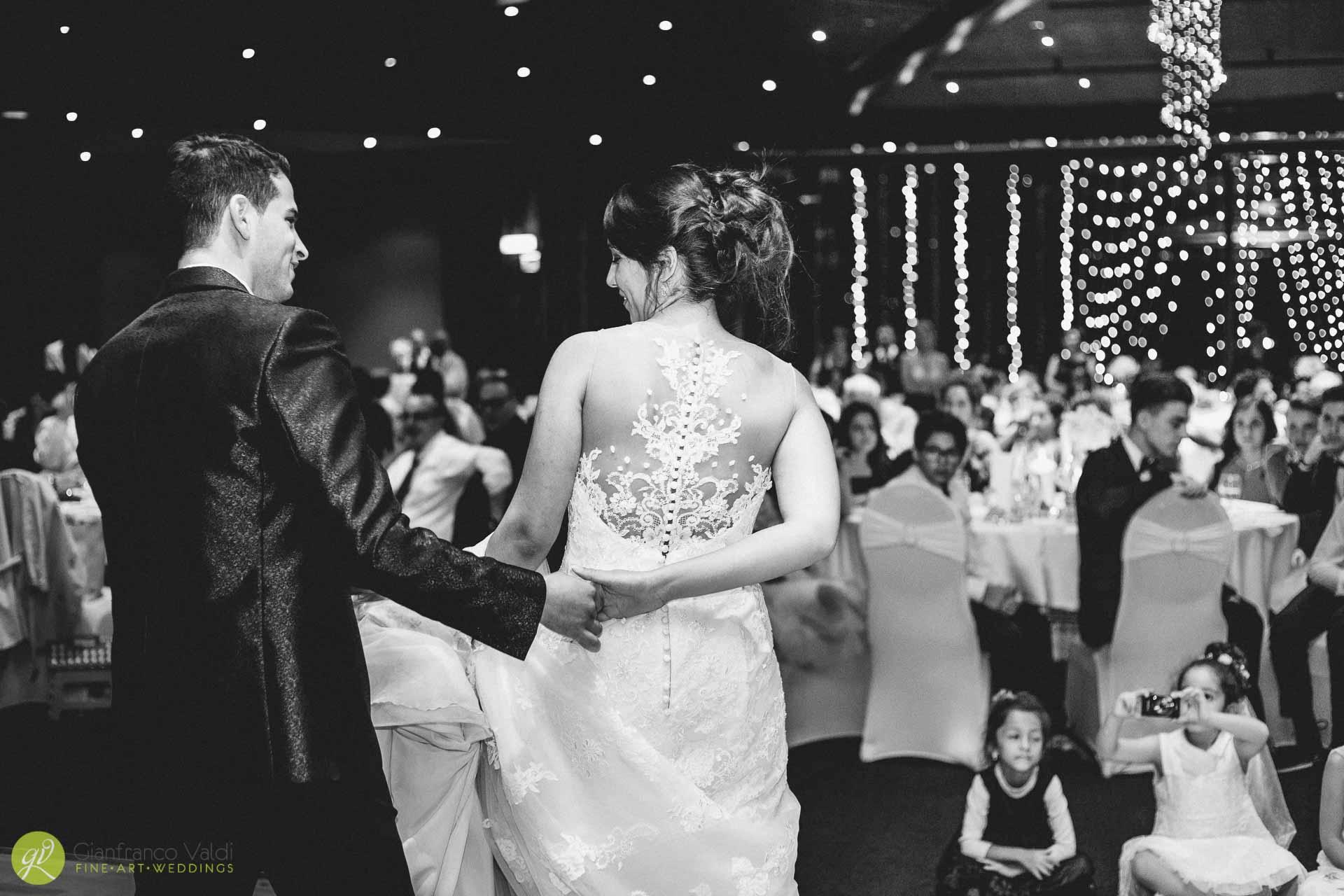 fotografia-del-ballo-degli-sposi-davanti-agli-invitati