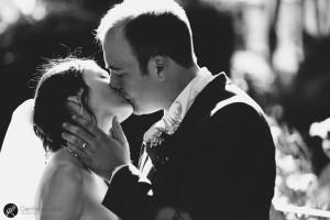 i novelli sposi ripresi in un momento di tenera intimità