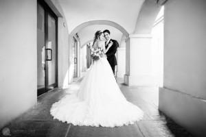 una coppia fotografata per le loro nozze nelle langhe
