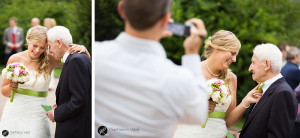 foto di un bel momento tra la sposa e suo nonno