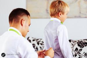 sposo che veste suo figlio per la festa