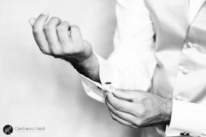 mani che chiudono i gemelli dell'abito di nozze