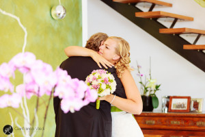 la sposa abbraccia il papà con qualche lacrima