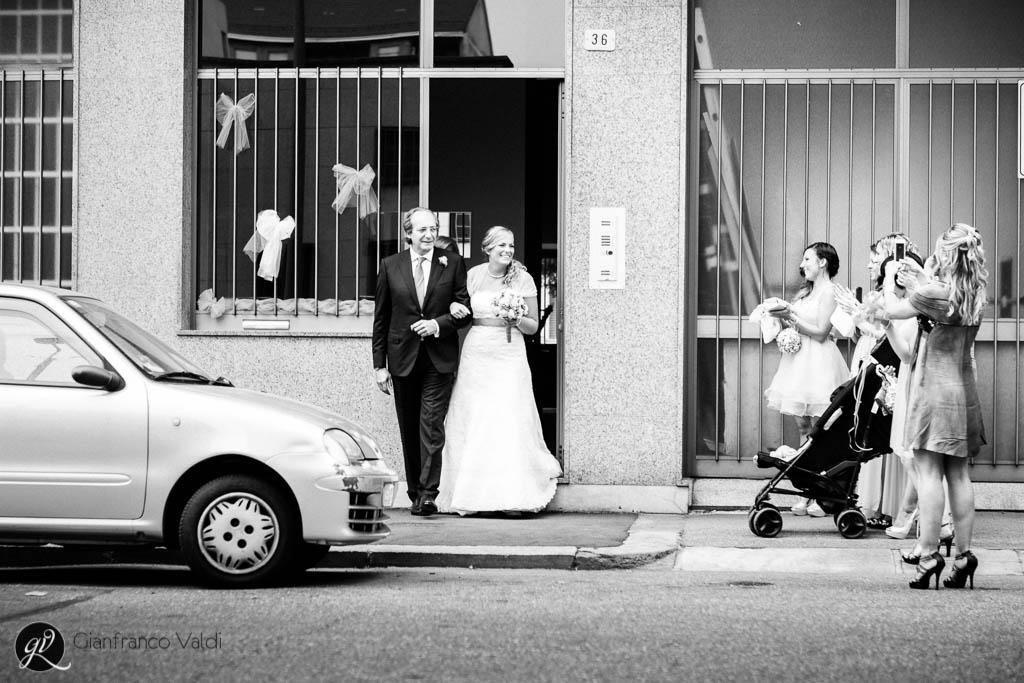 le amiche festeggiano l'uscita di casa della sposa