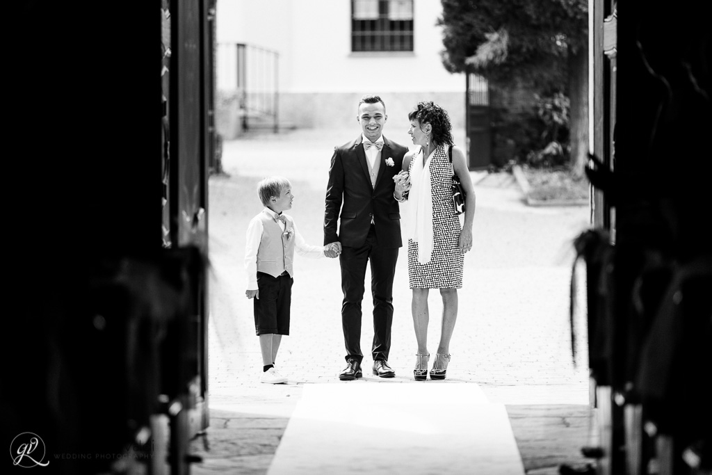 lo sposo arriva in chiesa accompagnato da mamma e figlio